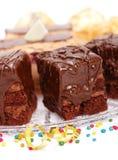 De mening van de close-up van cake met een chocolade polijst op plaat royalty-vrije stock afbeelding