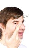 De mening van de close-up van een man bruin oog terwijl het opnemen van correctief c stock foto