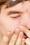 De mening van de close-up van een man bruin oog terwijl het opnemen van correctief c royalty-vrije stock afbeeldingen