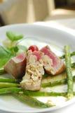 De mening van de close-up van tonijn met asperge Stock Afbeeldingen