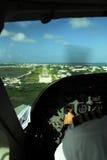 De mening van de cockpit van vliegtuig dat in Belize landt stock afbeelding
