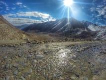 de mening van de de bergweg van Himalayagebergte Stock Afbeelding