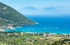 De mening van de de kustzomer van Lefkada (Vasiliki, Griekenland) Stock Foto's