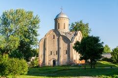 De mening van de de lentezonsondergang van kerk van Peter en Paul in Slavna in Veliky Novgorod, Rusland royalty-vrije stock foto's
