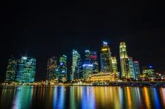 De mening van de de stadshorizon van Singapore van bedrijfsdistrict in nachtti Royalty-vrije Stock Afbeeldingen