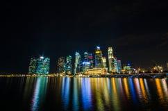 De mening van de de stadshorizon van Singapore van bedrijfsdistrict in nachtti Royalty-vrije Stock Afbeelding