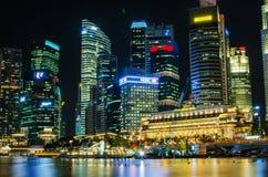 De mening van de de stadshorizon van Singapore van bedrijfsdistrict in nachtti Stock Afbeelding