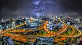 De mening van de de stadsnacht van Bangkok met hoofdverkeer Stock Fotografie