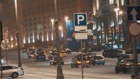 De mening van de de straatsneeuwval van de nachtstad, verkeerauto's stock video