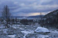 De mening van de de winternacht van de bergen aan het overzees, de brug en de stad Stock Foto's