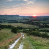 De mening van de de Zomerzonsondergang van het landschapsbeeld over Engels platteland Stock Afbeeldingen