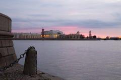 De mening van de dijk van de rivier Neva is verfraaid met graniet en ankerkettingen bij zonsondergang De lente Heilige-Petersburg stock foto's