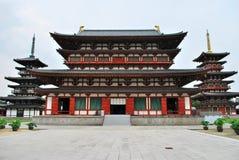 De mening van de doopvont van majestueuze tempelarchitectuur Stock Foto's