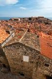 De mening van de Dubrovnikstad met toren en eiland Stock Foto