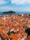 De mening van de Dubrovnikstad met toren en eiland Stock Afbeelding