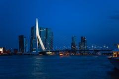 De mening van de Erasmusbrugbrug bij nacht in Rotterdam, stock afbeeldingen