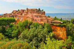 De mening van de het dorpszonsondergang van Roussillon, de Provence, Frankrijk stock afbeeldingen