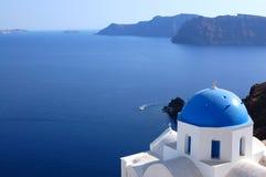De mening van de het eilandkerk van Santorini Stock Afbeeldingen