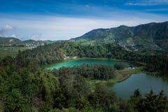 De mening van de heuveltop van Telaga Warna Stock Foto's
