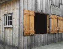 De mening van de hoek van een oud houten gebouw. Stock Foto