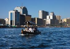 De mening van de horizon van de Kreek van Doubai met traditionele boot Stock Foto's
