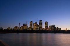 De Mening van de horizon van Sydney bij dageraad die van botan wordt gezien Stock Foto