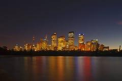 De Mening van de horizon van Sydney bij dageraad die van botan wordt gezien Royalty-vrije Stock Foto's