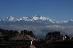 De mening van de Kanchenjungaberg met bomen en huizen Royalty-vrije Stock Foto