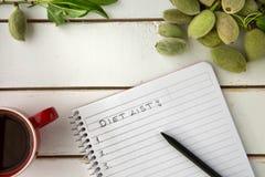 De mening van de koffietafel hoge hoek het schrijven dieetlijst Stock Afbeelding