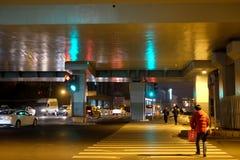 De mening van de kruispuntenstraat bij nacht Royalty-vrije Stock Foto's