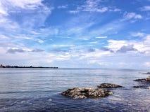 De mening van de kust Zonnige dag op het Eiland Patmos Stock Afbeelding