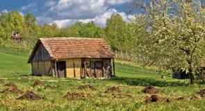 De mening van de lente over oud traditioneel plattelandshuisje Royalty-vrije Stock Fotografie