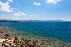 De mening van de Loutrakistad van Egeïsche overzees in Griekenland stock foto's