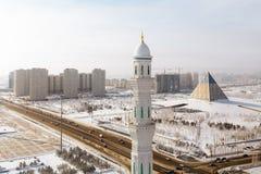 De mening van de minaret van de Moskee Hazrat Sultan Presidential Park en het Paleis van Vrede en Verzoening stock foto's