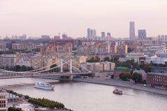De mening van de Moskva-Rivier en de Krymsky-Brug in Moskou Royalty-vrije Stock Fotografie