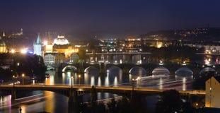 De Mening van de nacht bij de rivier Charles Bridge en Vltava Stock Foto's