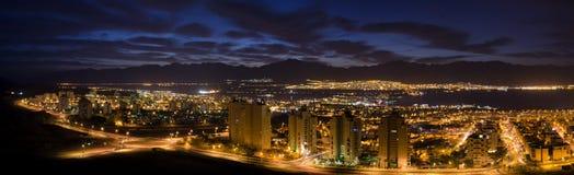 De mening van de nacht over steden Eilat en Aqaba Royalty-vrije Stock Foto