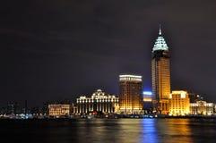 De mening van de nacht van bedrijfsgebouwen in de Dijk van Shanghai Stock Foto