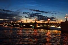 De mening van de nacht van brug St Petersburg Stock Foto