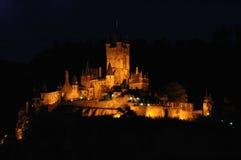 De mening van de nacht van Burg Cochem in Cochem, Duitsland Royalty-vrije Stock Afbeelding