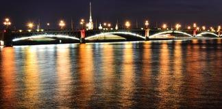De mening van de nacht van de Brug Troitsky in St. Petersburg stock fotografie