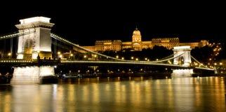 De mening van de nacht van de Brug van het Kasteel Buda en van de Ketting Royalty-vrije Stock Foto's