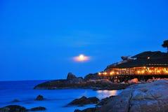 De mening van de nacht van een eiland en een restaurant Stock Foto