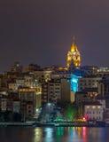 De mening van de nacht van Galata Toren, Istanboel, Turkije Stock Foto