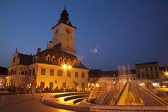 De mening van de nacht van het centrale vierkant van Brasov Stock Afbeelding
