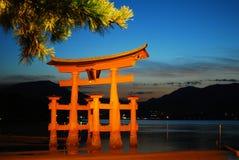 De mening van de nacht van majestueuze toriipoort tijdens eb stock fotografie
