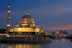 De mening van de nacht van Putrajaya Moskee Maleisië Royalty-vrije Stock Fotografie