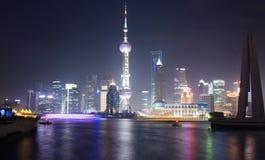 De Mening van de nacht van Shanghai met de Toren van de Parel Stock Afbeeldingen