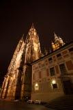 De mening van de nacht van St. Vitus Kathedraal in Praag Stock Afbeelding