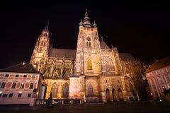 De mening van de nacht van St. Vitus Kathedraal in Praag Royalty-vrije Stock Fotografie